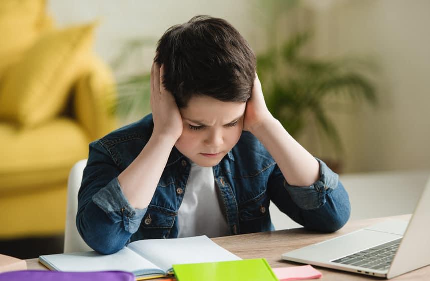 szkolny ból głowy